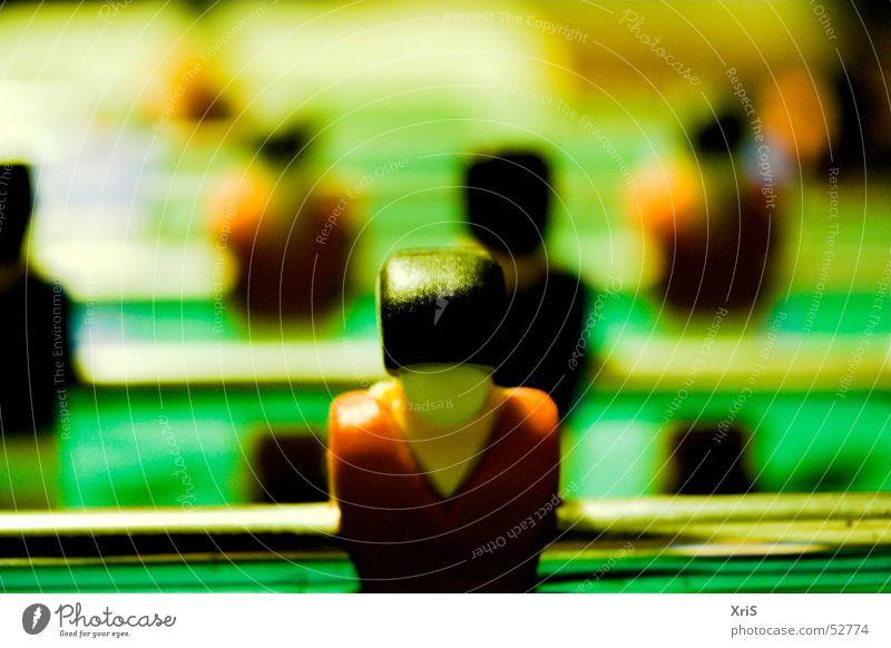In erster Reihe Tischfußball Stürmer Sportmannschaft Spielfigur Schwache Tiefenschärfe Farbfoto Stab grün hintereinander Rückansicht glänzend