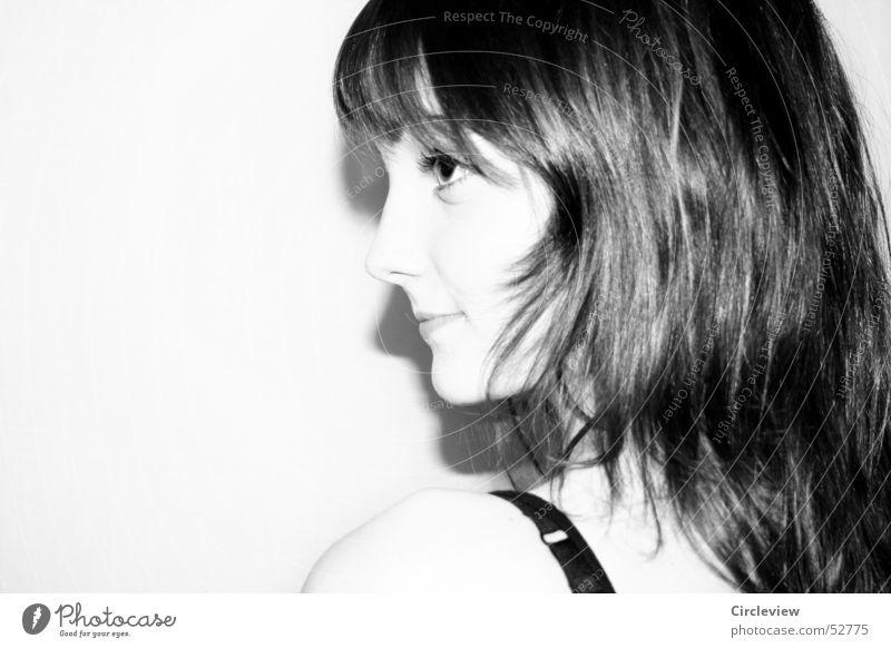 Kalte Schulter #1 Frau Mensch weiß Gesicht schwarz Auge lachen Haare & Frisuren Mund Nase Lippen Freundlichkeit grinsen Schulter Überbelichtung