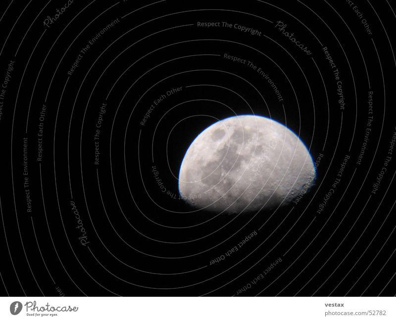 Der Mond ist aufgegangen Halbmond Nacht dunkel grau schwarz Teleskop moon Stern