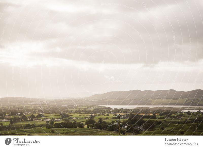 grüne Insel Wiese Feld Hügel Küste See Dorf Haus wild Republik Irland Sligo Himmel Farbfoto Außenaufnahme Tag Licht Totale
