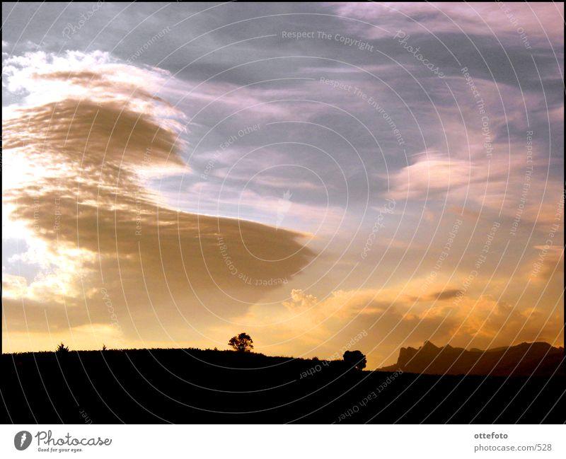 Abend in der Rioja-Weinregion (Spanien) Wolken Gegenlicht Berge u. Gebirge Landschaft