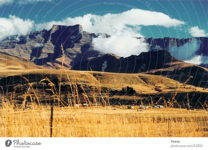 Drachen Berg Natur Himmel blau Wolken Ferne Berge u. Gebirge Freiheit Landschaft braun Feld