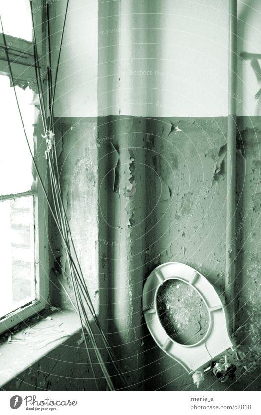 verlassen und vergessen... alt Einsamkeit Farbe Bad Brille Kabel kaputt fest Toilette Röhren schäbig abblättern Abwasser schädlich WCsitz