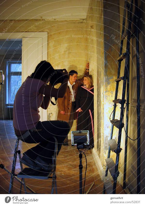 181 Hamburg lachen Zusammensein sitzen Liebespaar Leiter Fotograf Fotografieren Villa anlehnen Photo-Shooting abstützen Gesichtsausdruck Flügeltür Modekollektion