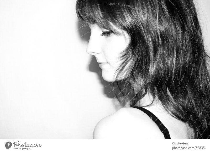 kalte Schulter #2 Frau schwarz weiß Überbelichtung Freundlichkeit Lippen Mensch Porträt grinsen Gesicht Auge Nase Haare & Frisuren Schwarzweißfoto Schatten