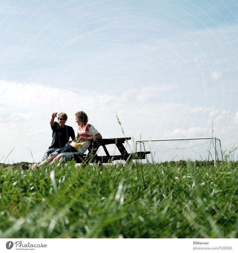 Talk Mensch Himmel Natur Jugendliche Ferien & Urlaub & Reisen blau grün Pflanze Sommer Wolken Freude Junger Mann Wiese Bewegung Gras sprechen