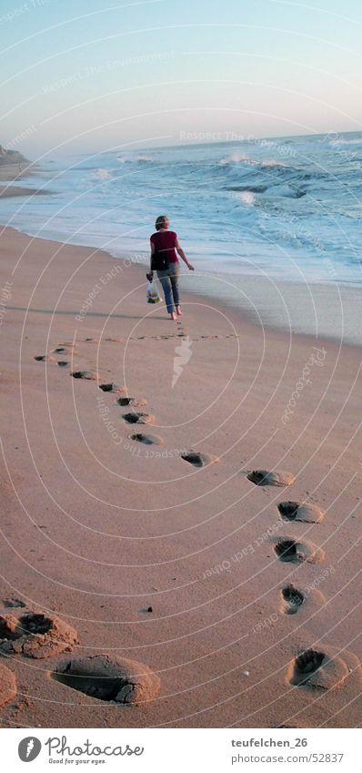 spaziergang am meer Wasser Meer Strand Einsamkeit Traurigkeit Sand Wellen Küste Spaziergang Fußspur Spuren Portugal