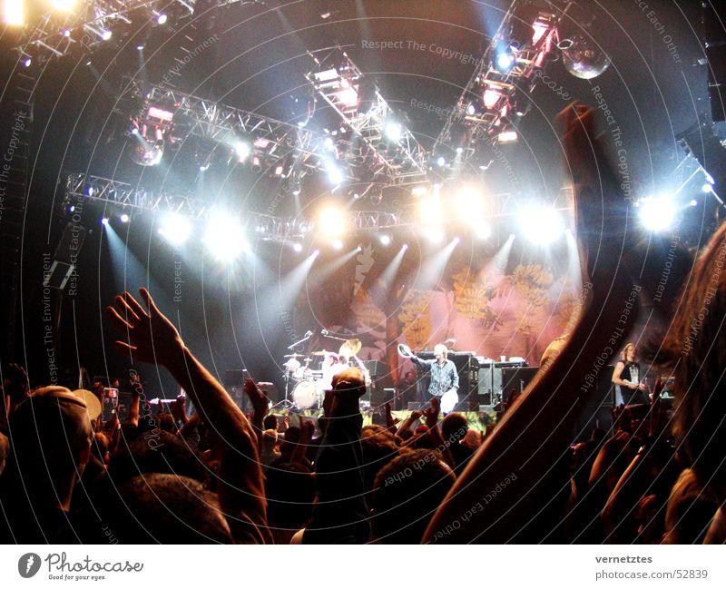 Konzert Publikum Mensch Bühne Scheinwerfer Lightshow Bühnenbeleuchtung Musik Musikinstrument Sänger Mikrofon Schlagzeug Applaus Klatschen Stimmung Kanada