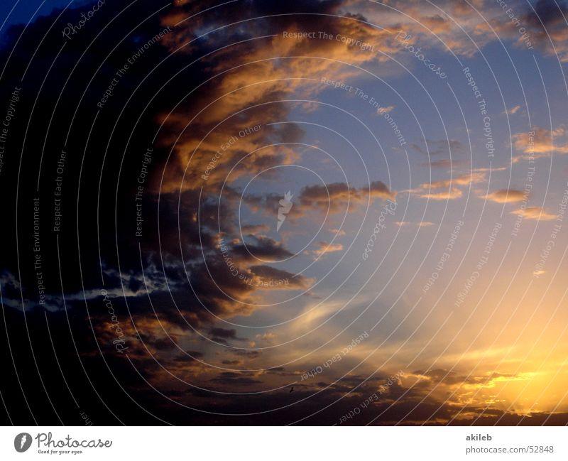 Sonnenuntergang Wolken Licht mehrfarbig Lichtspiel Hoffnung Außenaufnahme Himmel Lichtstrahl Beleuchtung clouds sky