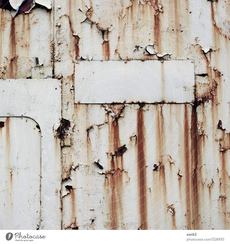 Ladenschluss Container Mauer Wand alt Rost Spuren Blech Metall verfallen Abnutzung morbid Zahn der Zeit Außenwand Riss Farbstoff Farbfoto Gedeckte Farben