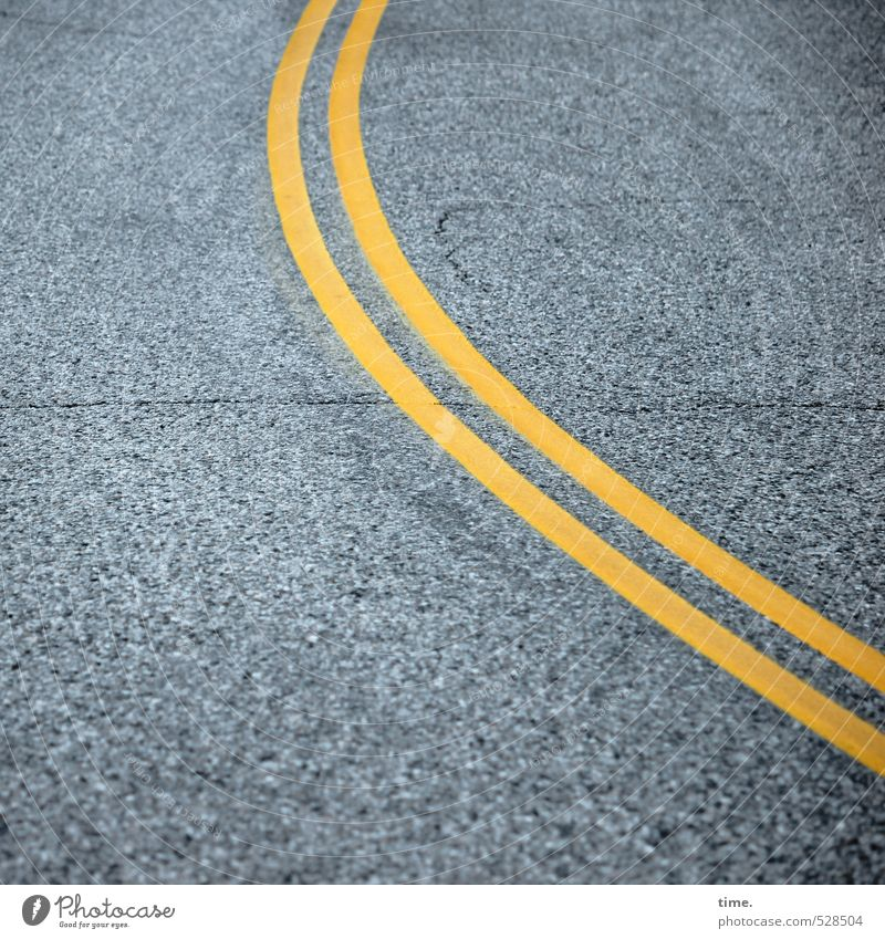 Kurvengelage Einsamkeit gelb Straße Wege & Pfade grau Linie elegant Verkehr Ordnung Streifen Sicherheit planen Schutz Asphalt fest Zusammenhalt