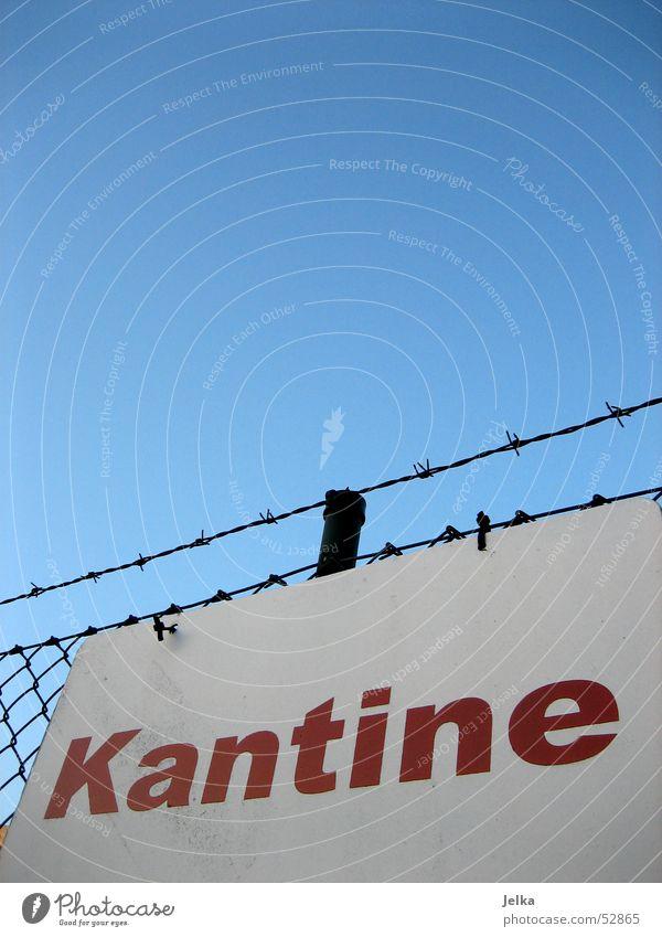 Kantine weiß rot Schilder & Markierungen Hinweisschild Buchstaben einzigartig Zaun Wort Speisesaal Stacheldraht Stacheldrahtzaun Saal