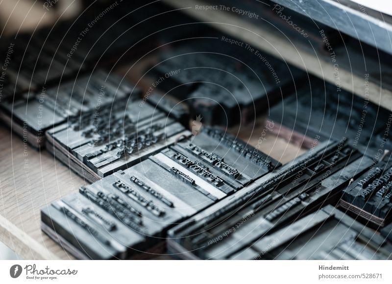 """""""Das Brautpaar"""" Arbeit & Erwerbstätigkeit Arbeitsplatz Bleisatzkasten Druckerei Werkzeug Holz Metall Schriftzeichen liegen alt authentisch eckig historisch kalt"""