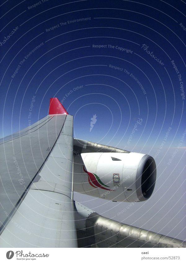 left wing Himmel blau Ferien & Urlaub & Reisen Wolken Ferne Luft Flugzeug fliegen Horizont Luftverkehr Güterverkehr & Logistik Tragfläche Triebwerke