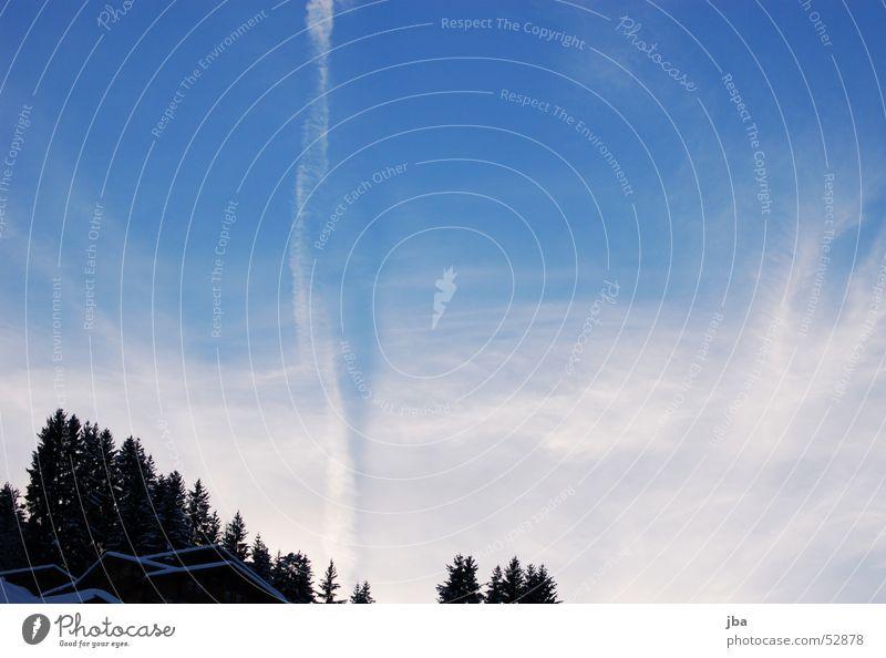 Kondensstreifen Luft Flugzeug weiß Verlauf Wald Haus Tanne Wolken Himmel blau Schnee Kontrast fliegen