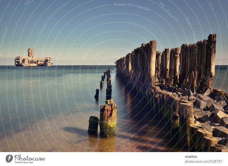 die alte Torpedostation Landschaft Sand Wasser Himmel Wolkenloser Himmel Horizont Herbst Wetter Küste Meer Mauer Wand blau braun Senior Krieg Buhnen Farbfoto