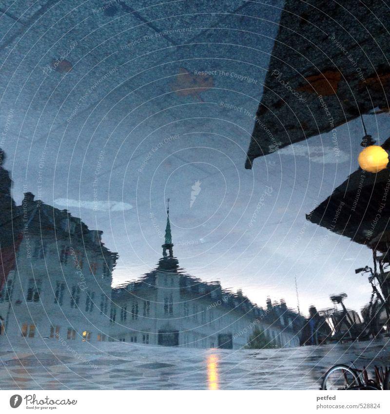 Kopenhagener Wasser Städtereise Himmel Dänemark Europa Stadt Haus Platz Fahrradfahren Fußgänger Spiegel Stein Beton dunkel Reflexion & Spiegelung Lampe Pfütze