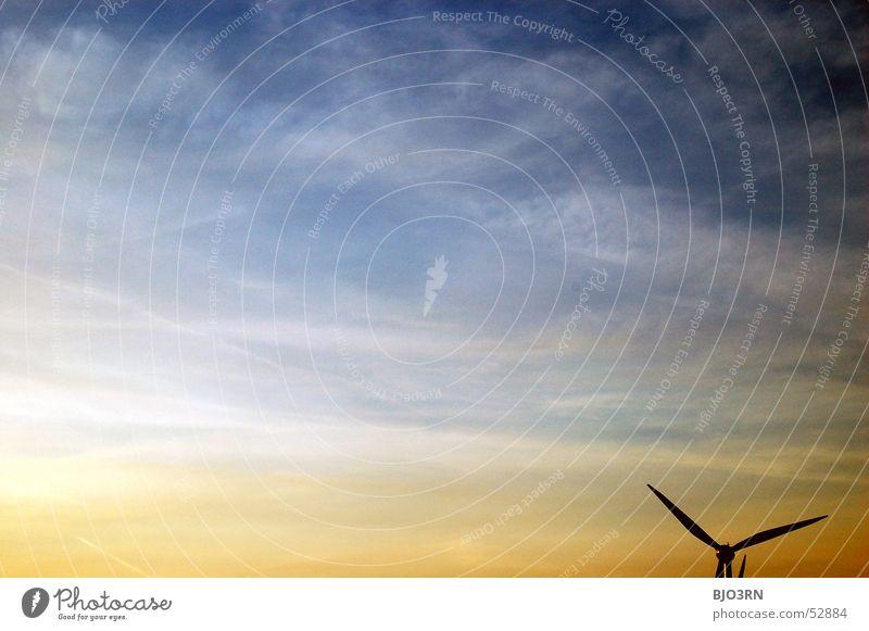 Windkraft Wolken rot Elektrizität regenerativ alternativ Energiewirtschaft Windkraftanlage Triebwerke Außenaufnahme horizontal Gesellschaft (Soziologie)