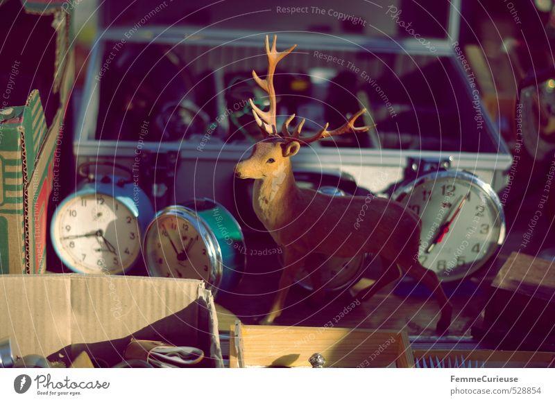 Flohmarktschätze. Dekoration & Verzierung Kitsch Krimskrams Souvenir Sammlerstück stagnierend Stillleben Uhr Wecker Trödel Flohmarktstand Suche Koffer Kiste