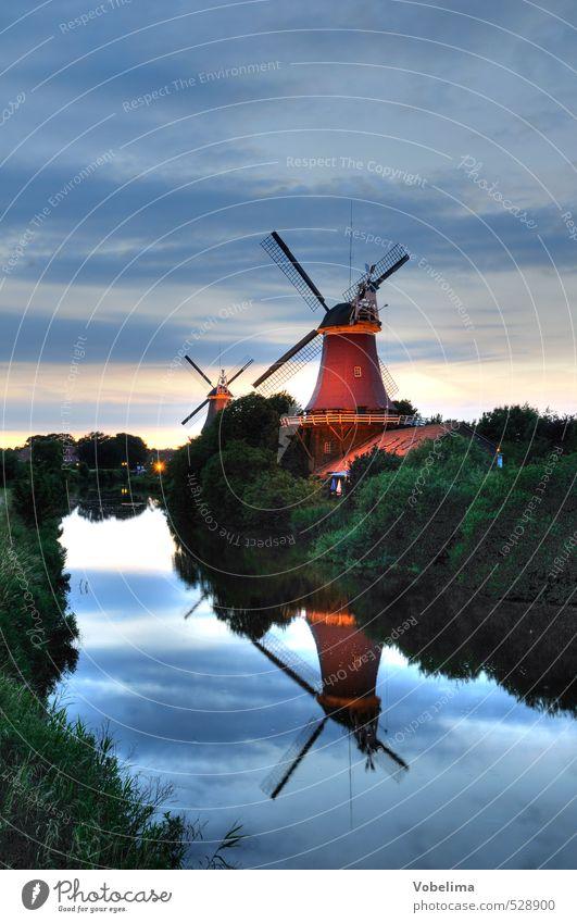 Zwillingsmühlen in Greetsiel Flussufer Nordsee Bach Dorf Architektur Windmühle Sehenswürdigkeit Wahrzeichen historisch blau braun mehrfarbig grau grün rot