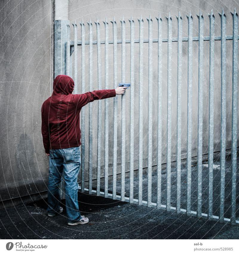 Mensch Jugendliche Mann rot Junger Mann Erwachsene dunkel Wand Tod Mauer maskulin gefährlich bedrohlich Jeanshose Barriere Tor