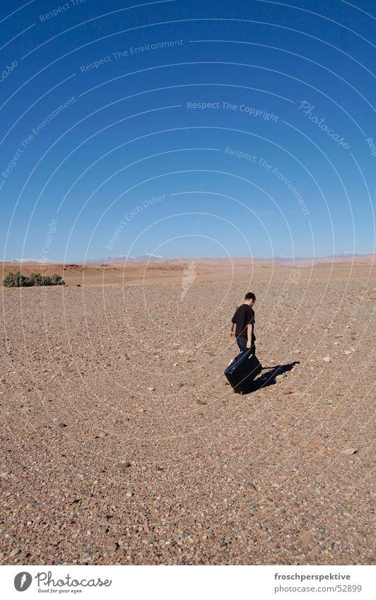 weg Ferien & Urlaub & Reisen Einsamkeit Wege & Pfade gehen Wüste Umzug (Wohnungswechsel) Flucht Koffer ungewiss Marokko Afrika Mahgreb
