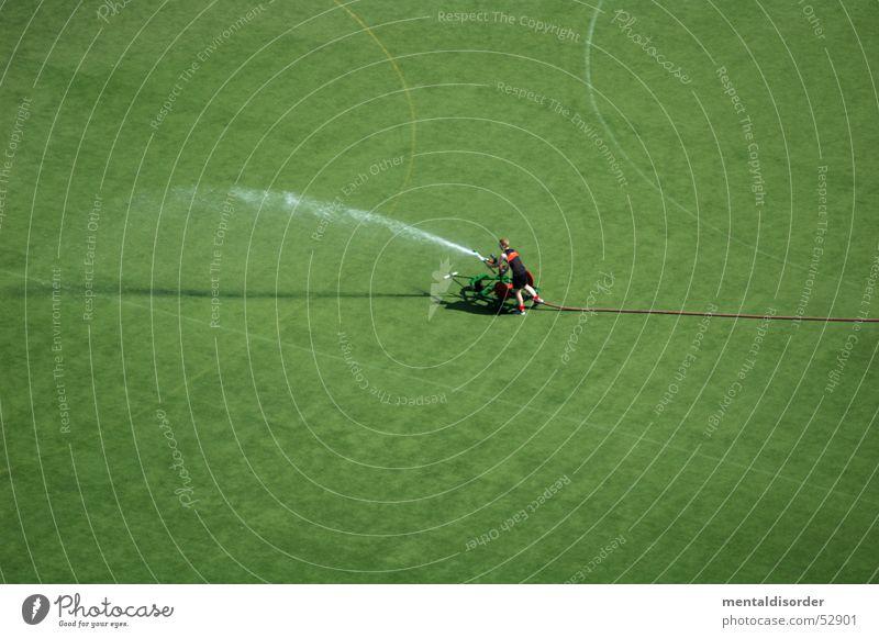 Explosiv Mensch Mann Wasser grün Sommer Gras Regen Erde Arbeit & Erwerbstätigkeit Schilder & Markierungen Fußball nass Rasen Golf Hockey Tennis