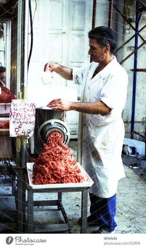 carnicero a la carne Mann blau weiß Stadt Ernährung Lebensmittel Arbeit & Erwerbstätigkeit Handwerker Markt Fleisch Männlicher Senior Griechenland Metzger