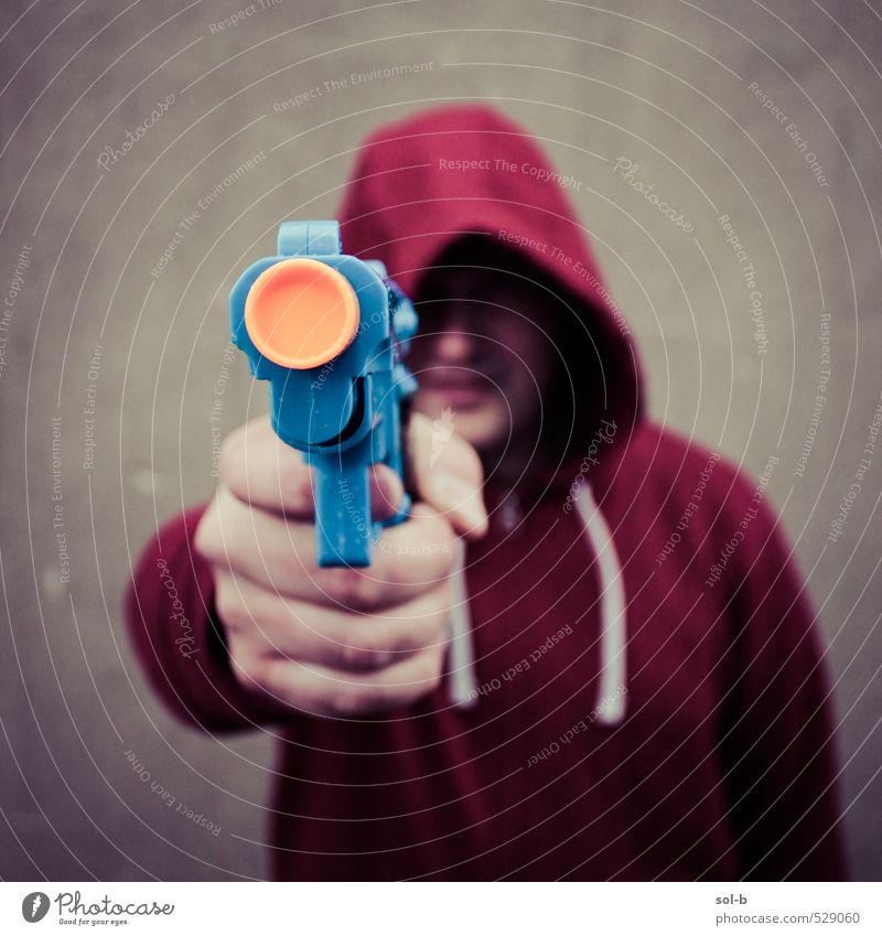 Mensch Jugendliche Mann Junger Mann Erwachsene dunkel Wand Mauer Angst maskulin bedrohlich Macht Spielzeug Wut Gewalt Stadtzentrum