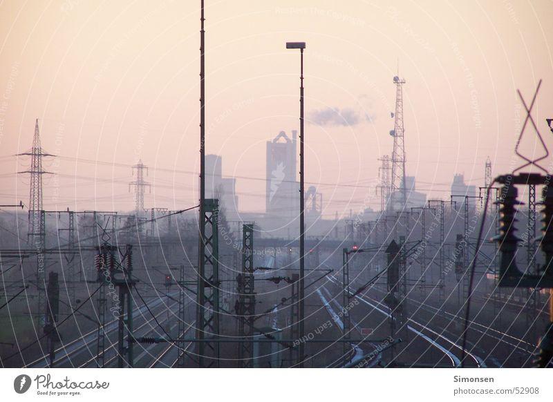Hochspannung weit und breit Eisenbahn Elektrizität Fabrik Gleise Laterne Strommast Draht
