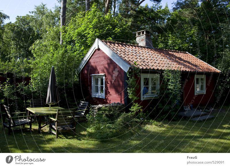 lauschiges Plätzchen Natur Ferien & Urlaub & Reisen alt schön Sommer Baum Erholung rot ruhig Haus Fenster Garten Häusliches Leben Sträucher Schönes Wetter Tisch