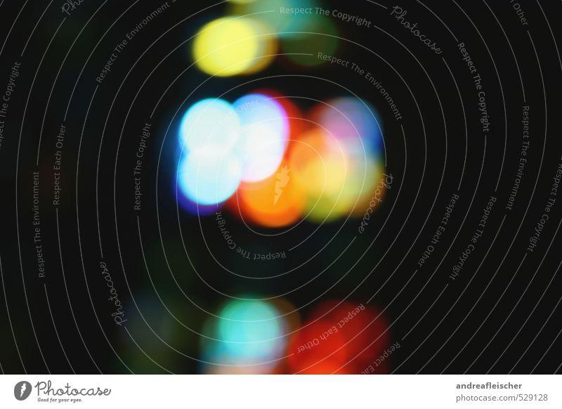 Tanz der Lichtpunkte. Kunst Kirchenfenster träumen traumhaft Nachtleben rot weiß gelb grün schwarz Farbfoto Menschenleer Textfreiraum links Textfreiraum rechts