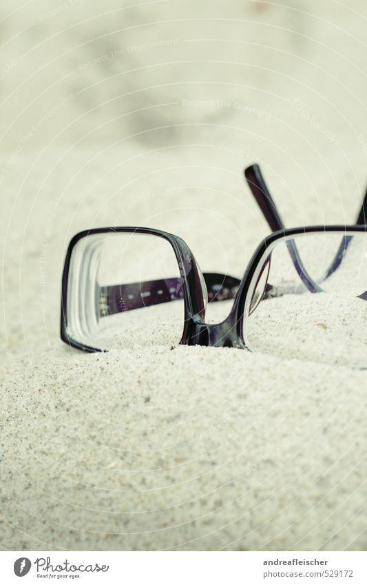 Ostsee. Brille trendy Sand Strand Brillengestell schwarz liegen Erholung blind Sehtest Farbfoto Außenaufnahme Nahaufnahme Menschenleer Textfreiraum oben