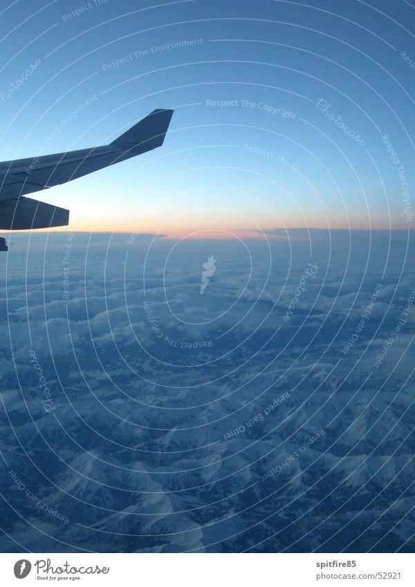 Ein morgen über den Alpen Himmel blau Winter Wolken Schnee Berge u. Gebirge Flugzeug fliegen hoch Luftverkehr Flügel