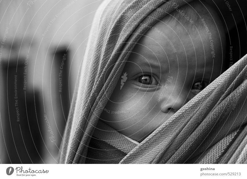 She already knows.. Mensch Mädchen feminin Baby Zukunftsangst verstecken Gesichtsausdruck Kleinkind Sorge tragen Zweifel Kritik Babytragetuch 1-3 Jahre