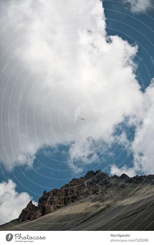Himmelsduo Natur Sonne Landschaft Wolken Umwelt Berge u. Gebirge Freiheit natürlich Felsen Paar Zusammensein Freizeit & Hobby wild Luftverkehr Schönes Wetter