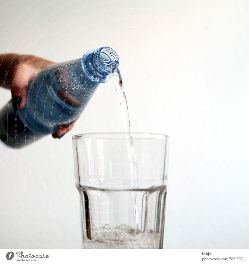 Trinken hilft ! Getränk Erfrischungsgetränk Trinkwasser Flasche Glas Wasserglas PE-Flaschen Hand kalt natürlich Gesundheit deutlich Mineralwasser sprudelnd