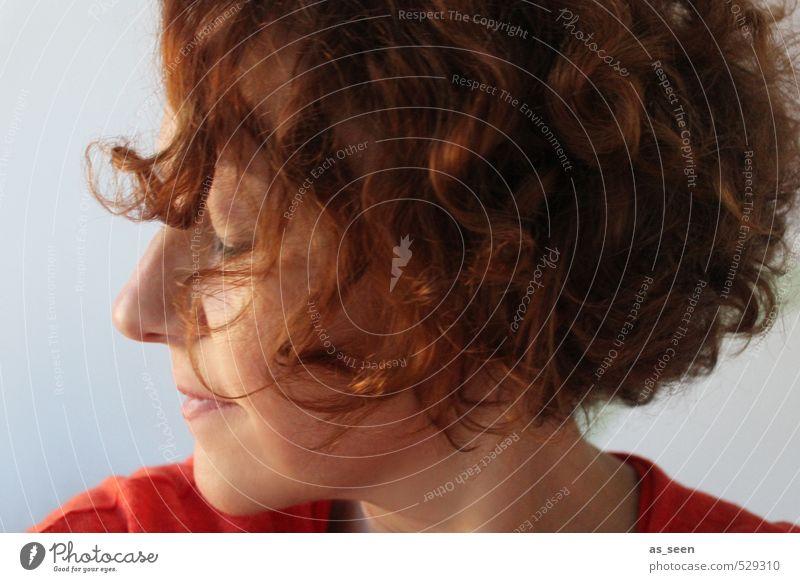 Die innere Stimme Mensch Frau Farbe rot ruhig Erwachsene feminin Gefühle Haare & Frisuren grau natürlich Gesundheit träumen braun orange Zufriedenheit