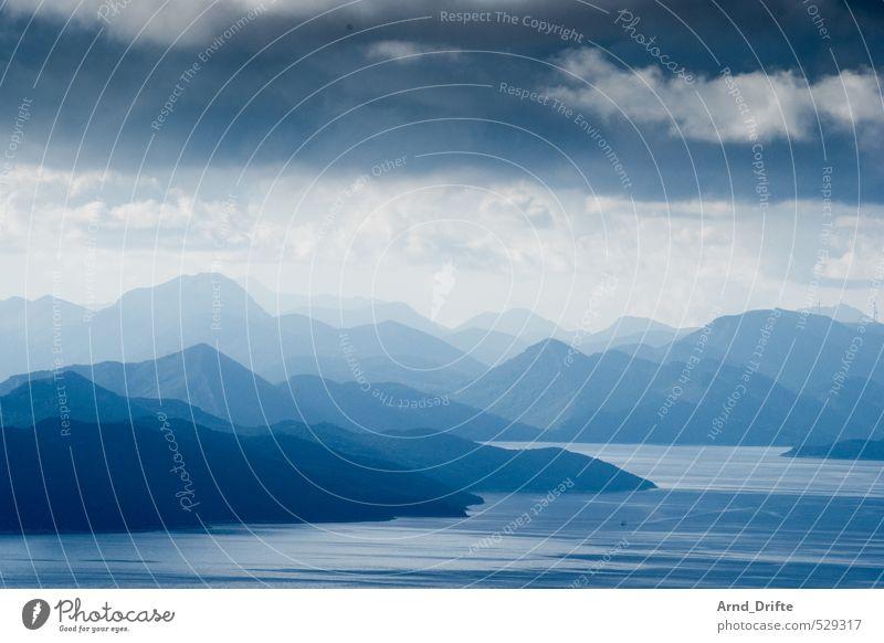 Schichten I Himmel Natur blau Sommer Meer Landschaft Wolken Strand Berge u. Gebirge Küste hell Horizont Wellen Schönes Wetter Unendlichkeit Hügel