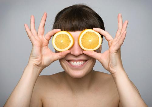 fruchtig I Jugendliche nackt Junge Frau Freude Leben Gesunde Ernährung lustig Glück Gesundheit Lebensmittel Frucht Zufriedenheit Orange Lächeln frisch