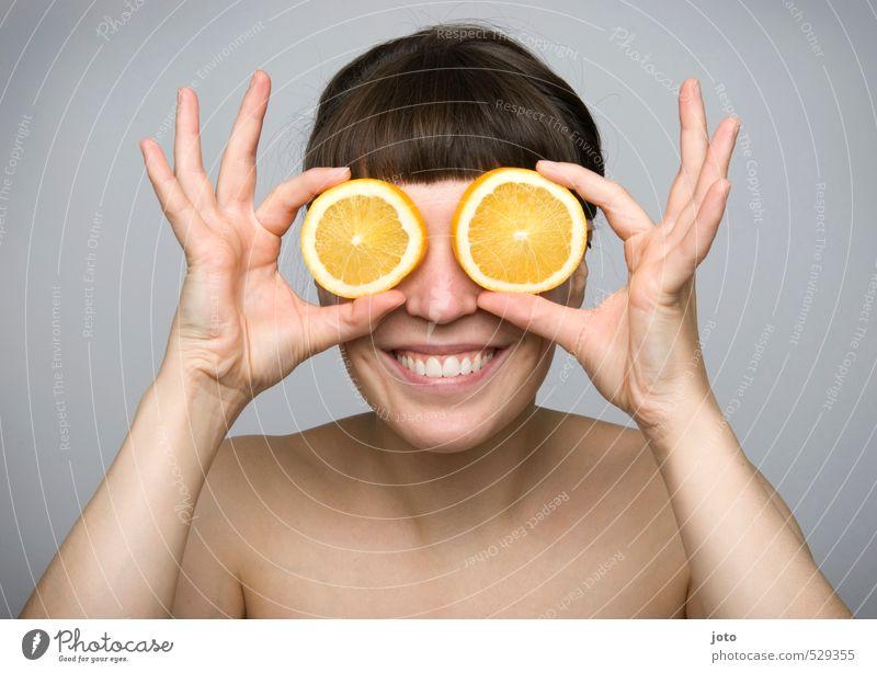 fruchtig I Jugendliche nackt Junge Frau Freude Leben Gesunde Ernährung lustig Glück Gesundheit Lebensmittel Frucht Zufriedenheit Orange Lächeln frisch Fröhlichkeit