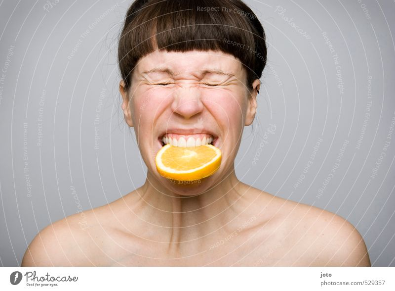 fruchtig II Jugendliche nackt Junge Frau Freude Leben Gesunde Ernährung Essen Gesundheit Lebensmittel Frucht Orange frisch Appetit & Hunger Schmerz Bioprodukte