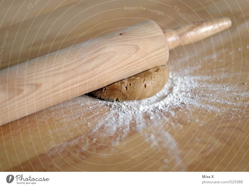Platt Lebensmittel Teigwaren Backwaren Brot Brötchen Kuchen Ernährung lecker süß Plätzchen Nudelteig Pizza Keks Nudelholz Holztisch Mehl Küchentisch ausrollen