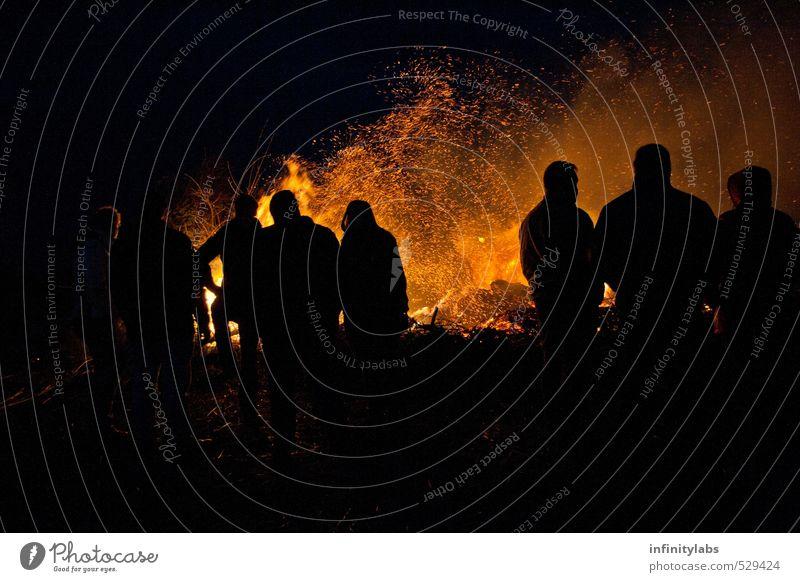 Osterfeuer Freude Freizeit & Hobby Feste & Feiern Ostern Mensch Leben Menschengruppe Menschenmenge historisch Brand Silhouette Nacht Farbfoto Außenaufnahme