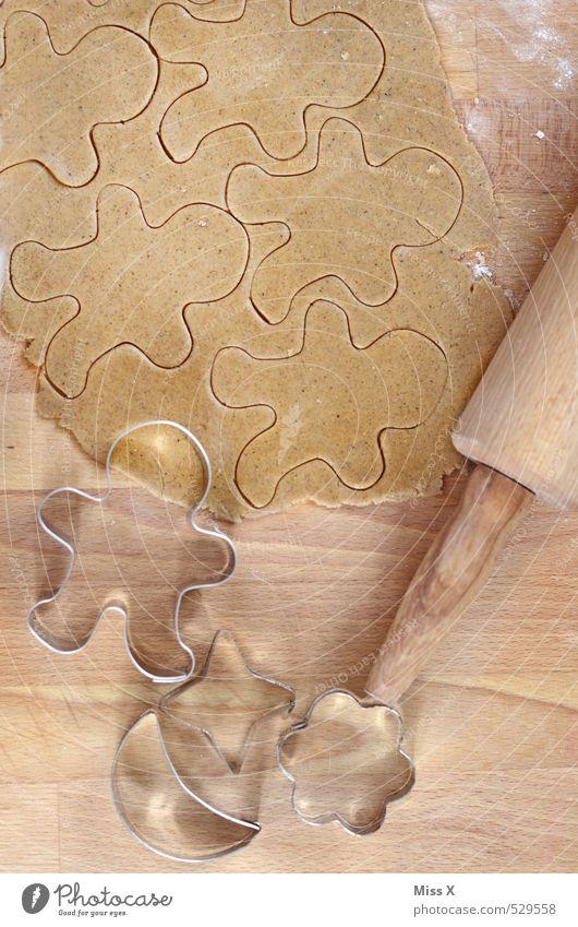 Lebkuchenmuster Lebensmittel Teigwaren Backwaren Süßwaren Ernährung lecker süß Plätzchen Nudelholz Holztisch Backform Weihnachtsgebäck Mehl Mann Männchen