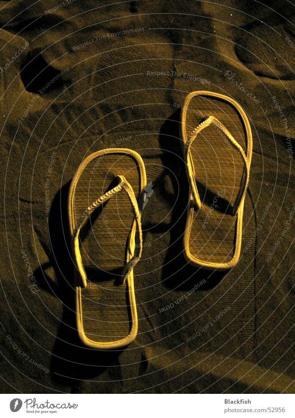 Spuren im Sand Ferien & Urlaub & Reisen Sommer weiß Sonne Erholung ruhig Strand Wärme Sand Schuhe weich heiß Mallorca Physik Flipflops Esoterik