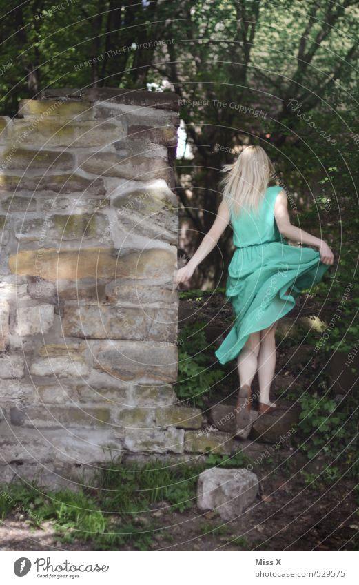 mit Schwung / scheues Reh Mensch feminin Junge Frau Jugendliche 1 18-30 Jahre Erwachsene Natur Wald Burg oder Schloss Ruine Mauer Wand Kleid rennen