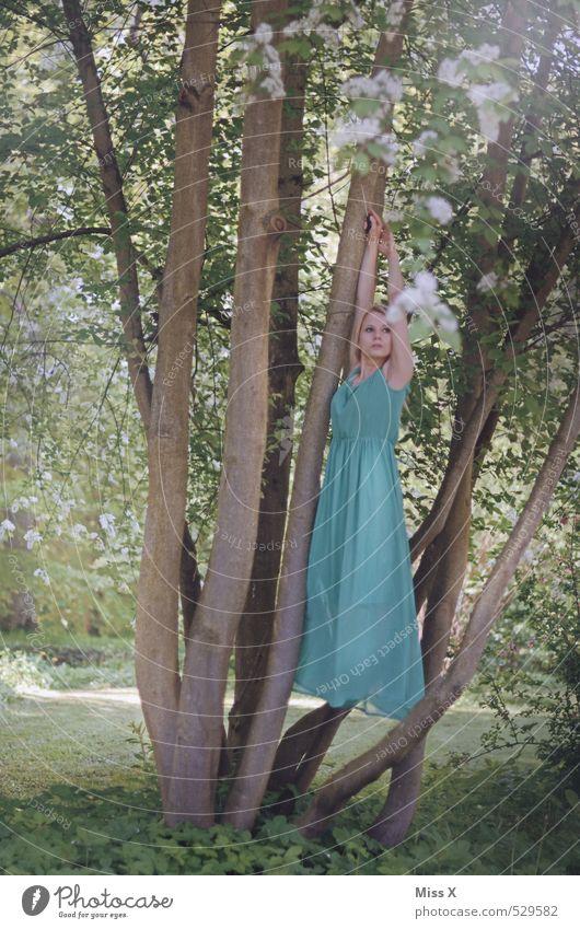 Schwebend Mensch feminin Junge Frau Jugendliche 1 18-30 Jahre Erwachsene Natur Frühling Sommer Pflanze Baum Park Wald Kleid fliegen hängen grün türkis Gefühle