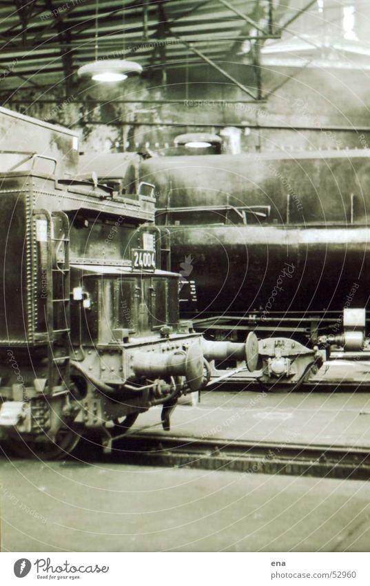 Lokschuppen Lokomotive Eisenbahn Nostalgie mystisch Gleise Dampflokomotive Maschine Wucht Reparatur Industrie historisch Bahnhof Lagerhalle Wasserdampf