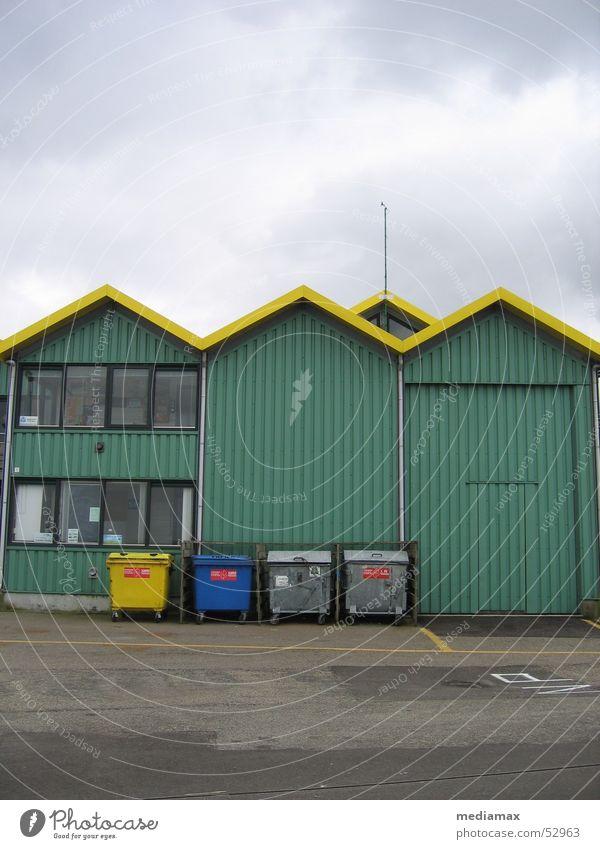 Müll Haus Wolken Ordnung trashig Müllbehälter Vielfältig Spitzdach